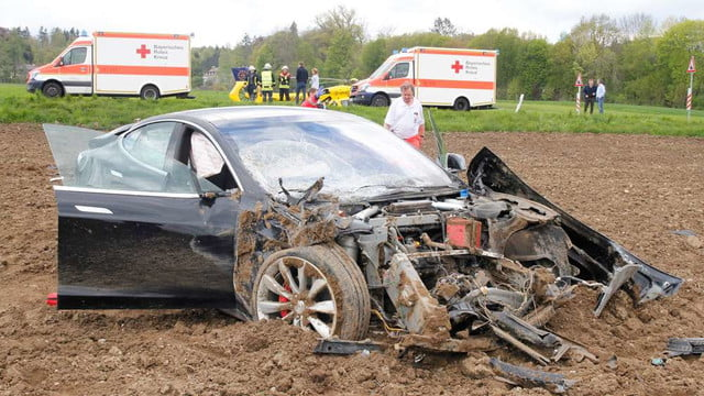 tesla s accident survivors germany model  unfall icking fuenf verletzte rs cds ujng
