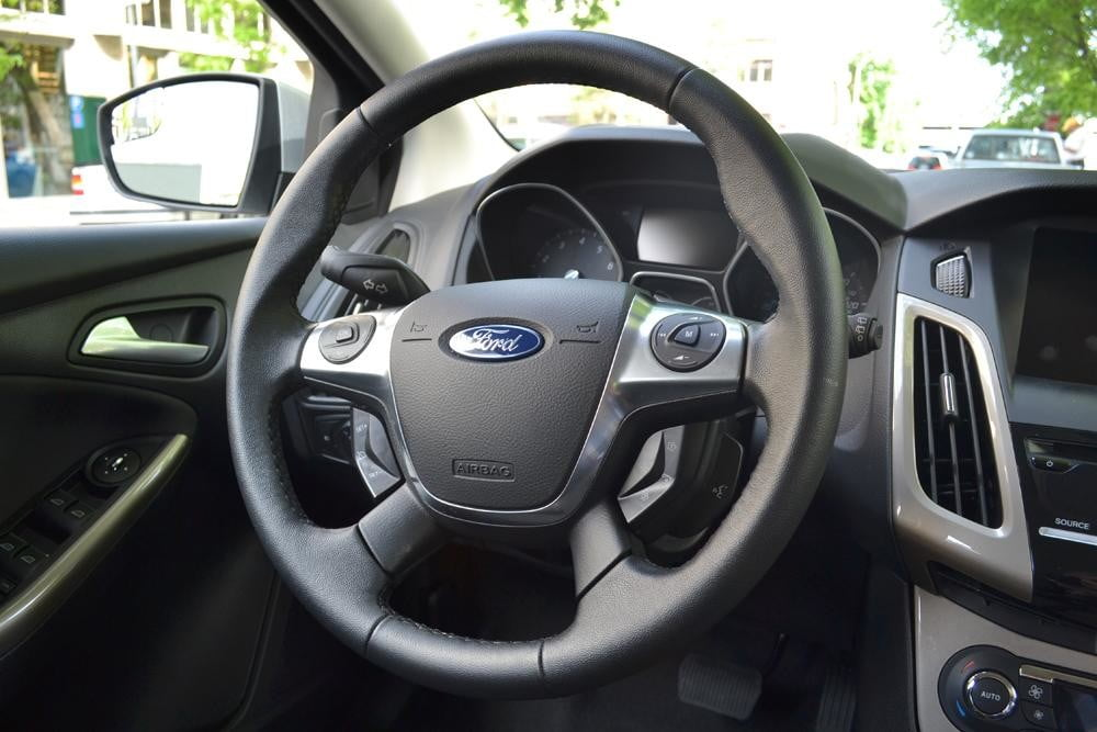 2012 Ford Focus SEL Review steering wheel