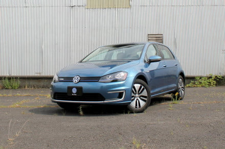 2015-Volkswagen-e-Golf-front-angle-2