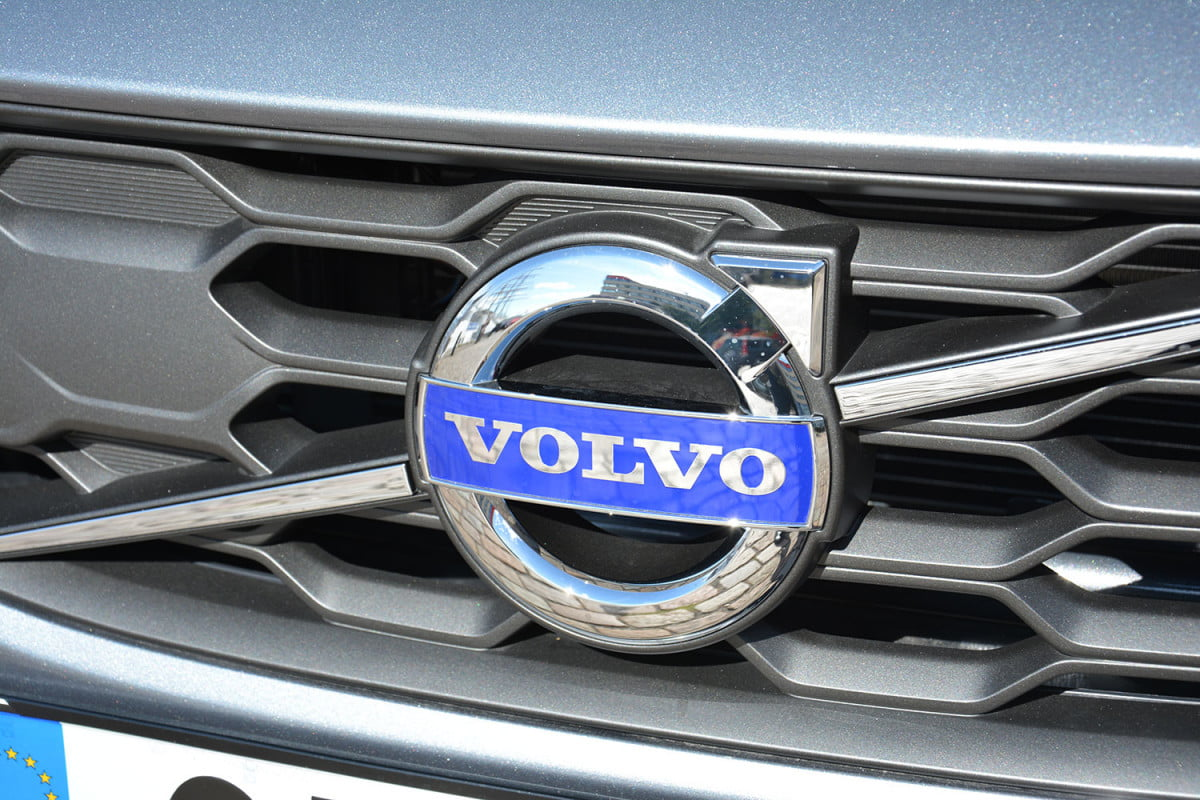 volvos cma platform will help further streamline vehicle development  volvo s cross country front badge