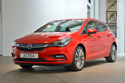 2016-Opel-Astra-front-side-angle-2