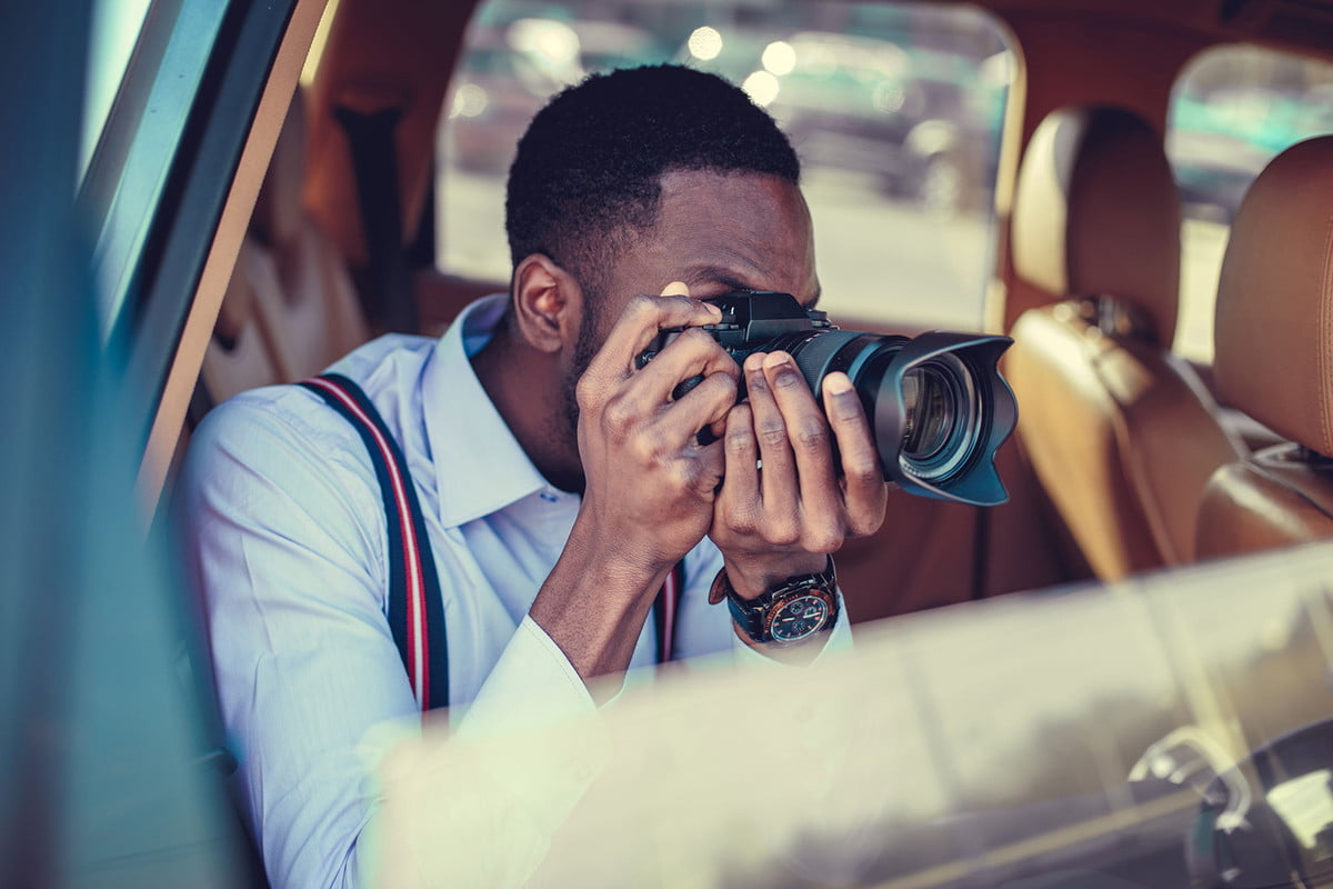 photography tips and tricks  a blackman shooting on dslr from the car