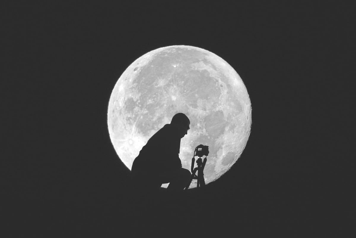 how to photograph the moon  a self portrait taking photo of supermoon