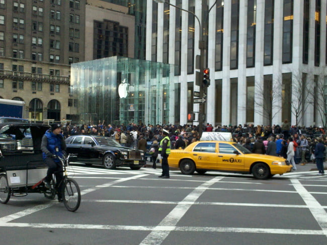 apple-ipad-2-launch-new-york-city-5th-avenue-1