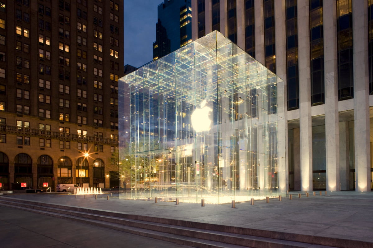 sword wielding man causes panic at apples flagship new york store apple ny