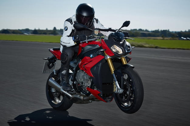 BMW-S1000R-actionwheelie