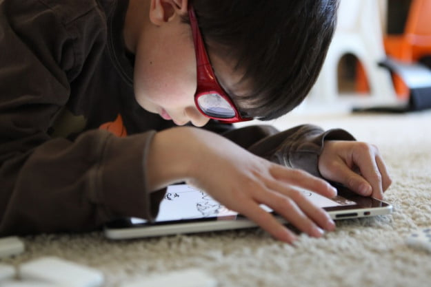 Child-using-an-iPad-tablet-by-aperturismo-863x576