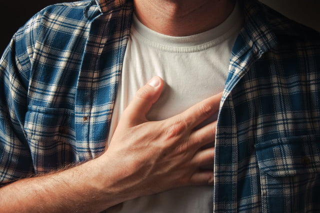 inteligencia artificial ataques corazon  young adult man suffering from severe chest pain x ( )