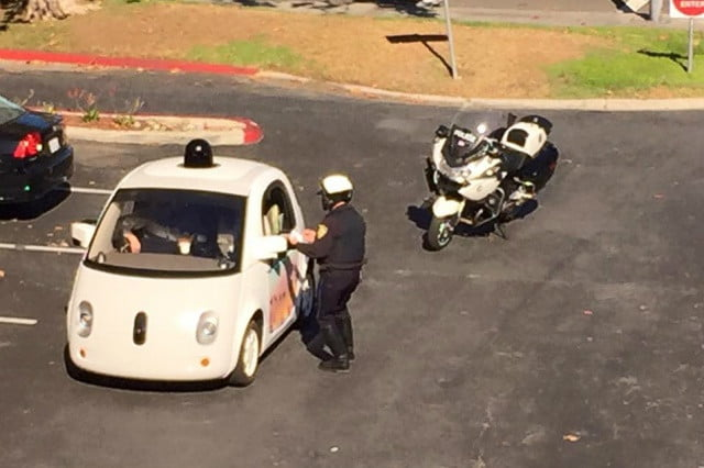 carro autonomo google detenido despacio car cop  x