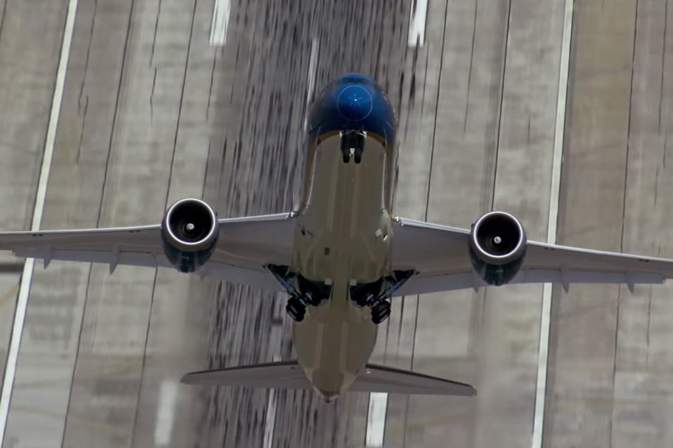 Dreamliner: Cockpit View Of That Near-Vertical Takeoff ...