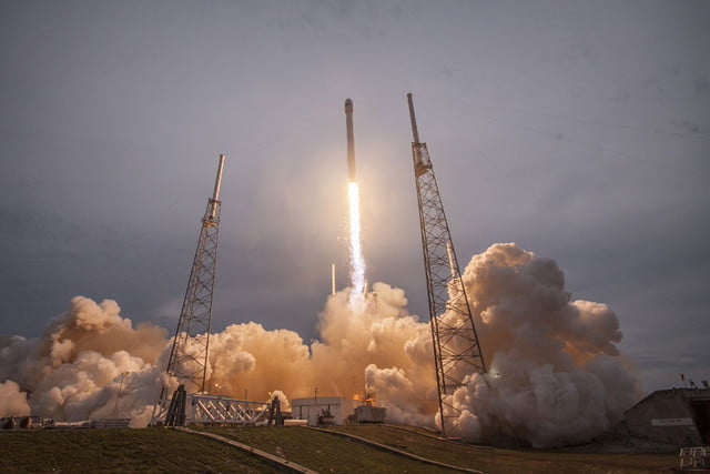 spacex looks like its going to fire up rocket program again a little later than expected falcon launch