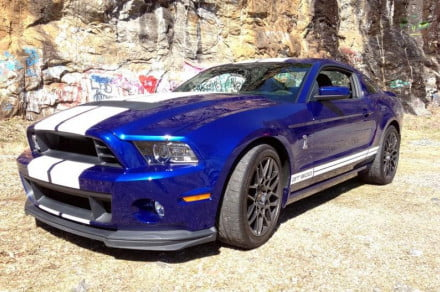 ford-mustang-shelby-gt-500-front-left-angle-800x600