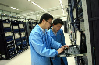 Huawei R&D staff performing routine maintenance 2