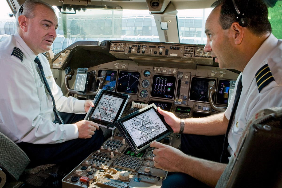 ipad outage grounds american airlines flights you re grounded glitchy pilot ipads delay two dozen