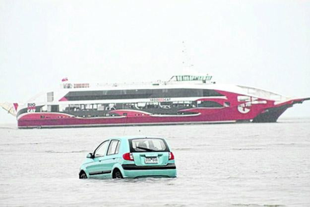 Japanese-students-follow-rental-car's-navigation-system-straight-into-the-ocean
