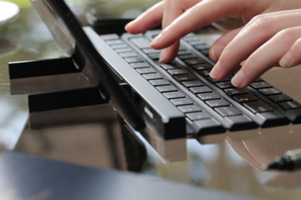 LG DEVELOPS FULL-SIZE KEYBOARD FOR POCKETS (PRNewsFoto/LG Electronics MobileComm USA, I)