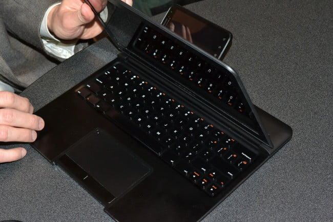 motorola-atrix-phone-fully-docked-into-laptop-ces-2011