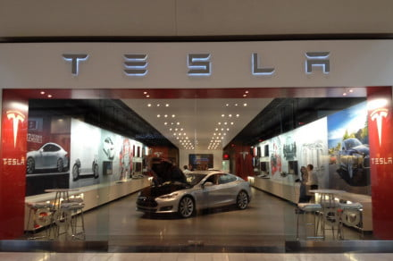 Motors-in-the-mall-Tesla-hawks-Model-S-like-Macbooks-with-dedicated-retail-space