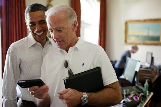 President Obama, Vice President Biden looking at an iPhone