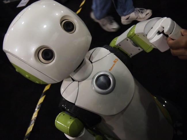 ces-2011-robots-robovie-r3-refuses-to-shake-my-hand