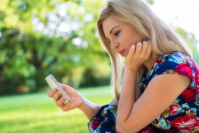 online-dating-woman-on-smartphone