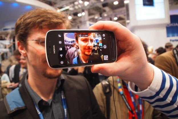 Nokia 808 PureView looks at Nick