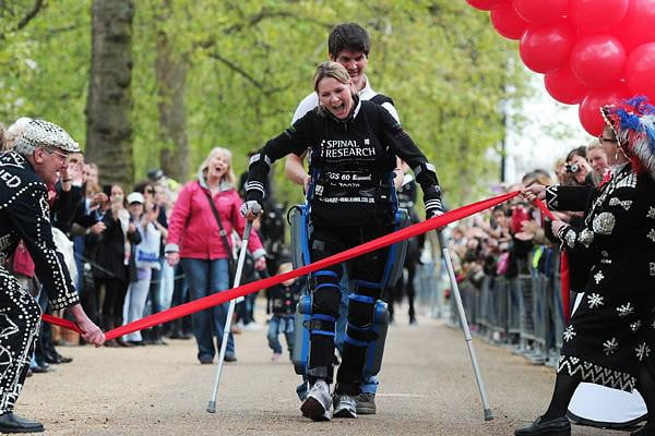 "Paralyzed ""bionic"" woman completes London Marathon"