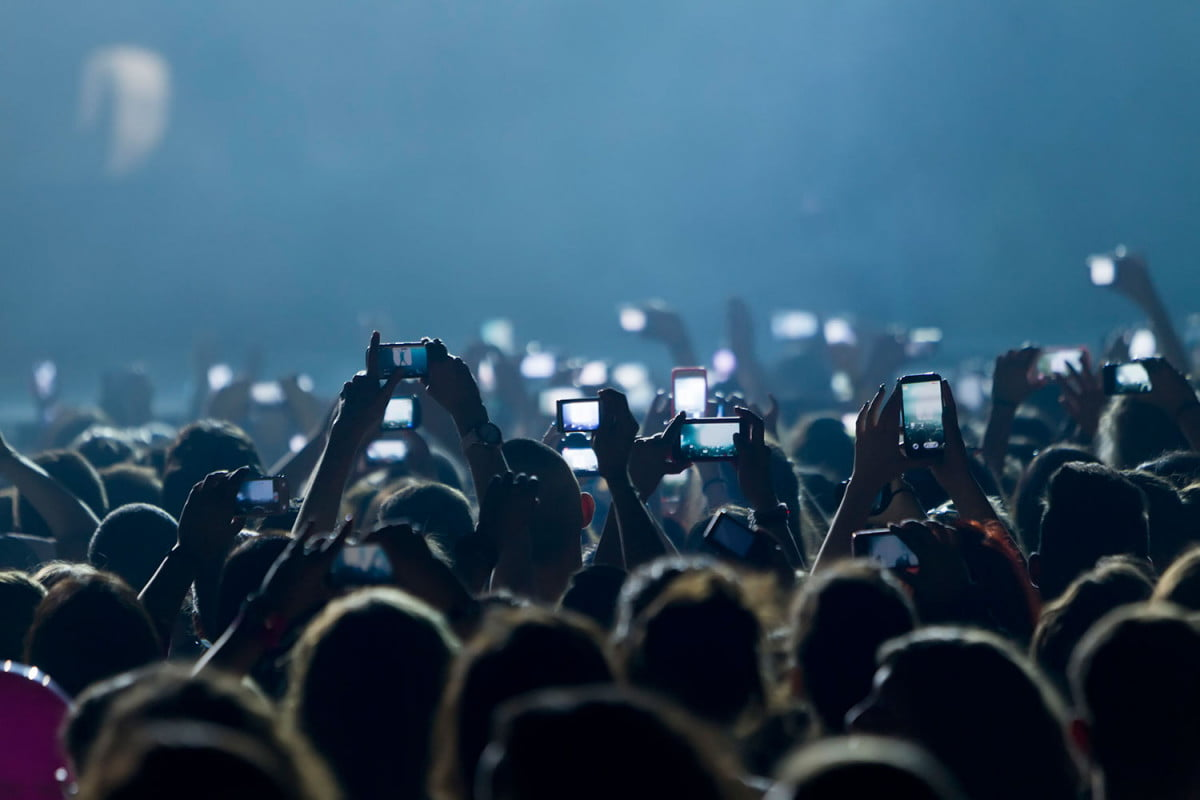 smartphones dont stop us living in the moment phones crowd
