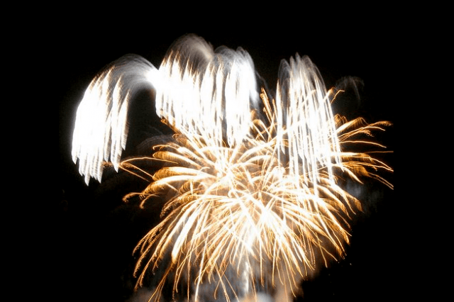 In this sample image where fireworks were photographed while handholding the camera, you can see the difficulty in achieving optimal image quality.