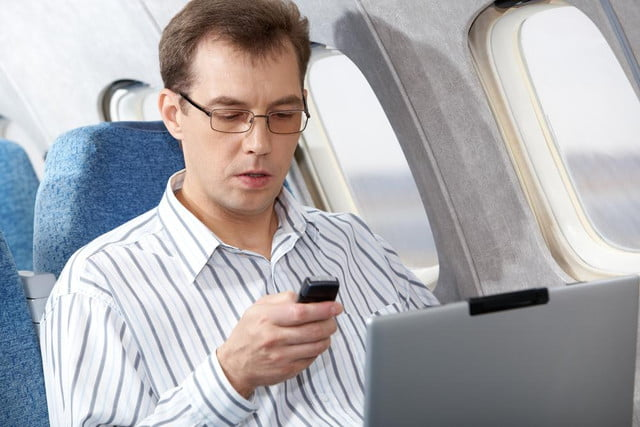 united latest carrier allow passengers use electronic devices plane passenger peds