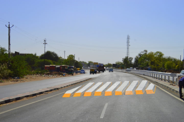 Painted road block optical illusions stop traffic accidents in Ahmedabad
