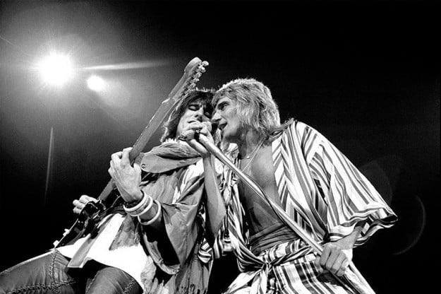 Ronnie Wood and Rod Stewart, Honolulu 1975 © Robert M. Knight