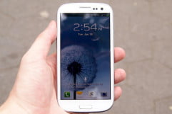 samsung galaxy s  review in hand lock screen