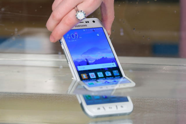 Samsung-Galaxy-S6-Active-in-water
