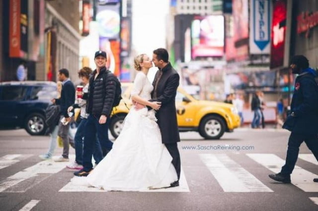 make wedding photo memorable get zach braff photobomb sascha reinking