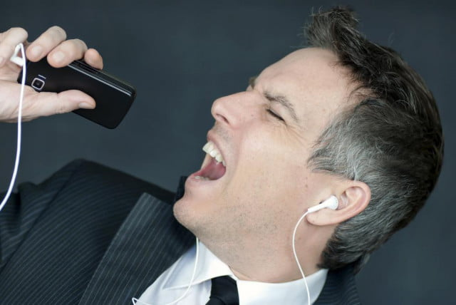 singing-into-phone
