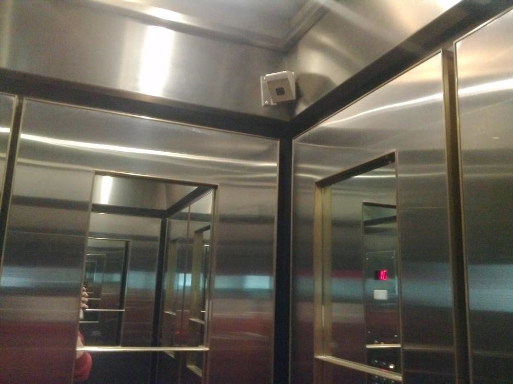 Sony Xperia Tablet S camera sample inside elevator android tablet