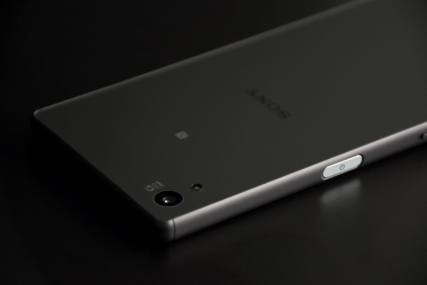 sony xperia z5 camera. the front cameras are different. x performance comes with a 13-megapxiel snapper offering an aperture of f/2.0 and sensitivity up to iso 6400. sony xperia z5 camera
