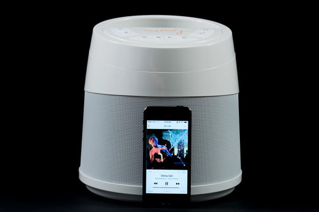 Soundcast-Melody-back-with-iphone