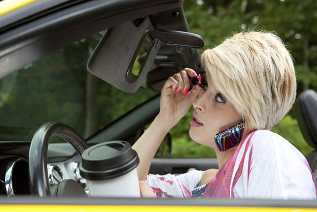 Study: Teens know it's bad to text and drive, do it anyways (no way!)
