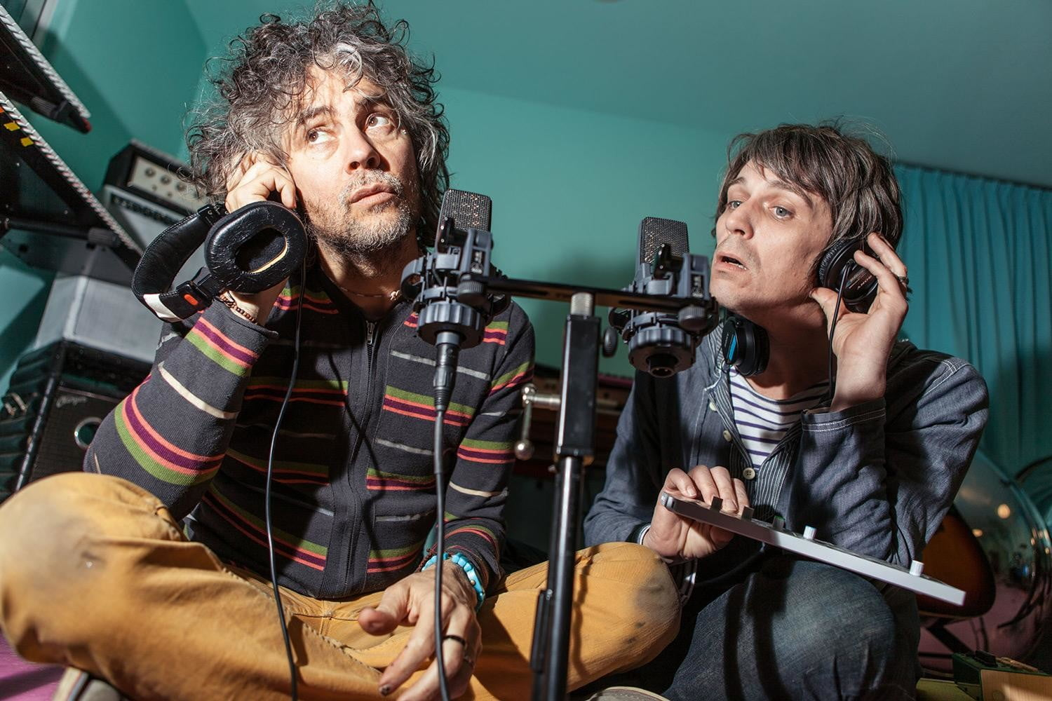 The-Flaming-Lips-Wayne-Coyne-and-Steven-Drozd-listening-photo-by-George-Salisbury