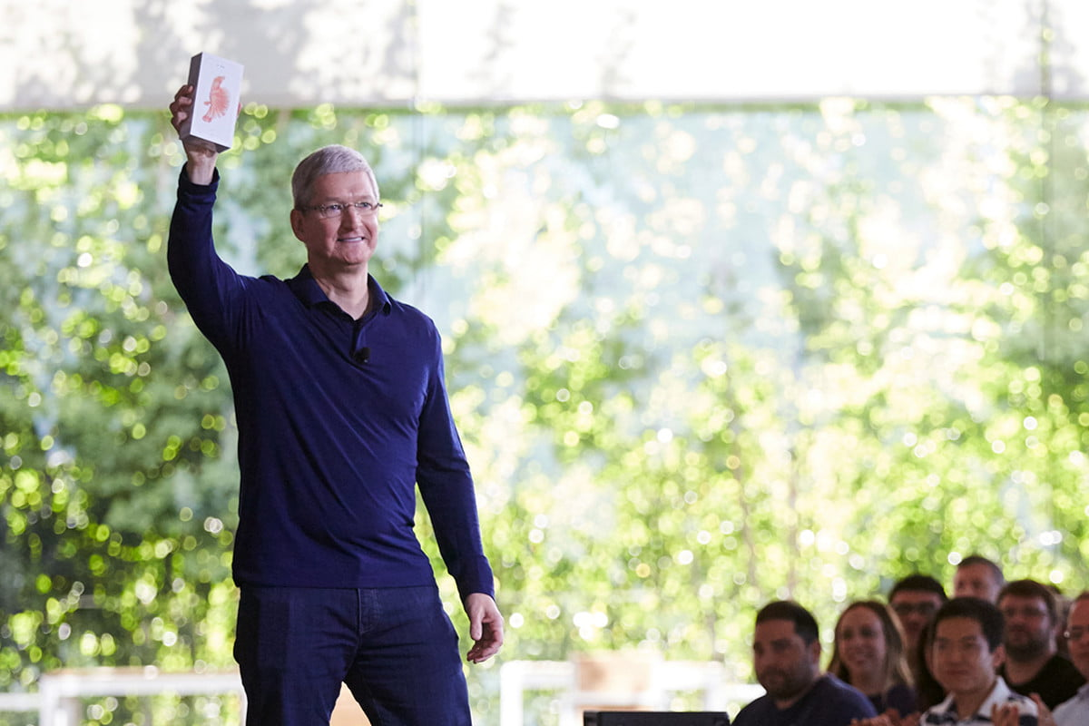 apple overtakes samsung tim cook holds the billionth iphone at an employee meeting in cupertino