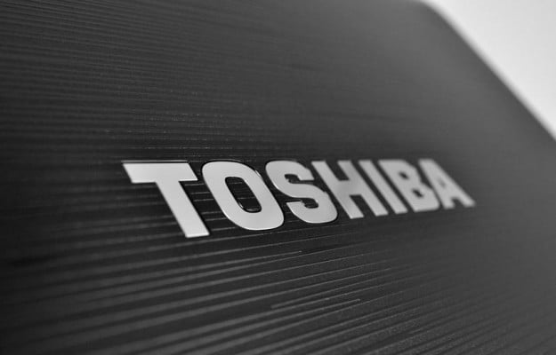 Toshiba Satellite P755 review lid detail