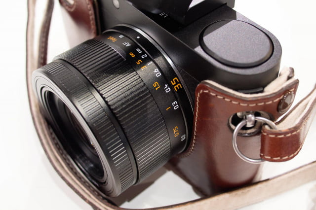 The 23mm f/1.7 Summilux-lens sports a manual focusing ring with distance scale.